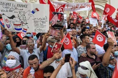 Demonstranten protestierten am Sonntag gegen Präsident Saied in Tunis. AFP