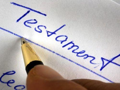 Der 80-Jährige hatte ein handschriftliches Testament verfasst. symbol dpa