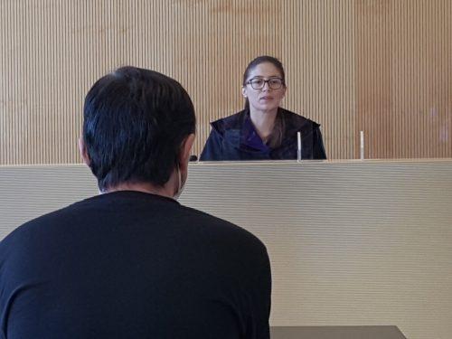 Der Angeklagte vor Richterin Sabrina Tagwercher in Feldkirch. eckert