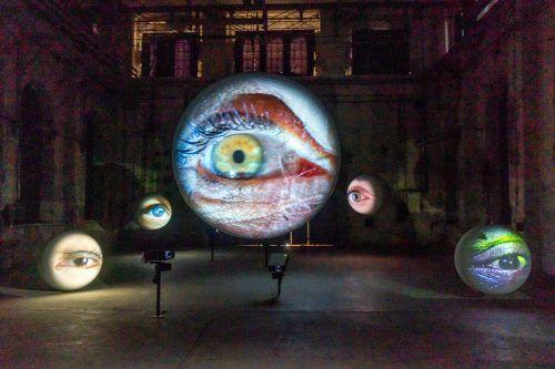 Der Ausstellungsbesucher steht im Kunstraum unter stärkster Beobachtung. Die zentrale Kugel hat einen Durchmesser von zwei Metern. VN/STiplovsek