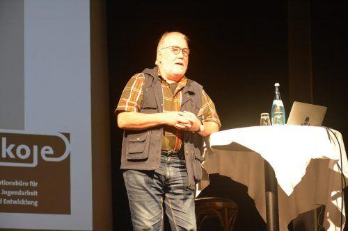 Der deutsche Pädagoge Ulrich Deinet erläuterte den Zuhörern, wie sich die Jugendarbeit seit Corona verändert hat.bvs (2)