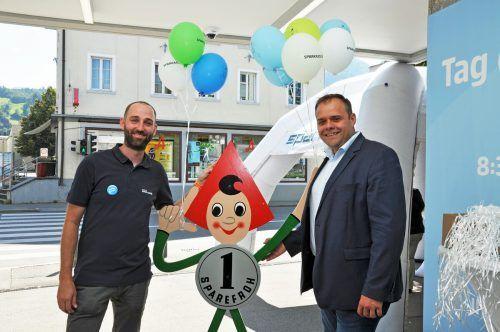 Der Dornbirner Vizebürgermeister Markus Fäßler (r.) gratulierte Filialleiter Mathias Kempter zum Bankjubiläum.