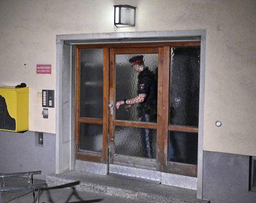 Der Eingang der Wohnhausanlage, in der die Tat stattgefunden hat. APA