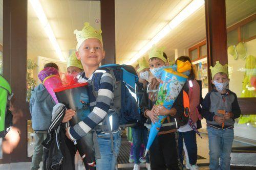 Der erste Schultag ist geglückt. Zufrieden verlassen die Erstklässler die Schule. Nun darf das Erlebte zu Hause erzählt werden.
