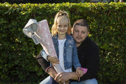 Der erste Schultag war für Lina und Vater Daniel ein aufregender Tag. VN/Paulitsch