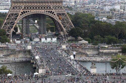Der Hochseilkünstler Nathan Paulin balanzierte auf einem über 670 Meter langen Seil vom Eiffelturm aus über die Seine. Die Aktion wurde mit Musik untermalt. AP