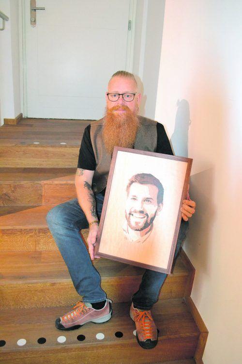 Der Künstler mit einem Porträt des Bludenzer Bürgermeisters Simon Tschann.