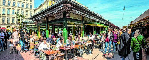 Der Naschmarkt ist sowohl für Touristen als auch Einheimische ein beliebter Treffpunkt.