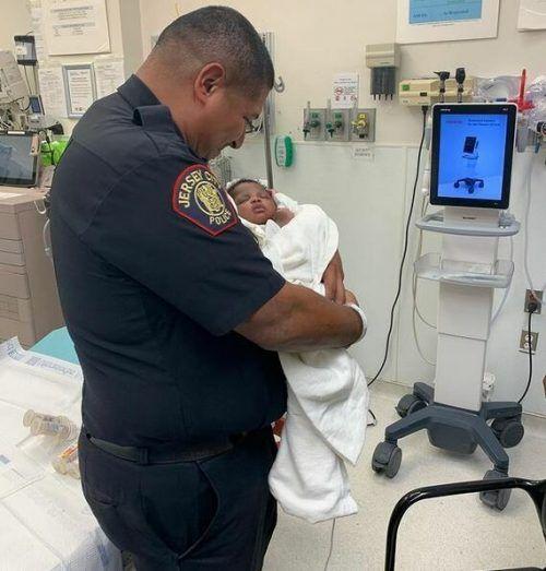 Der Polizist Eduardo Matute wurde für ein Baby zum Schutzengel. steven fulop