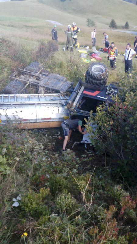 Der verletzte Pensionist wurde in der Fahrerkabine eingeklemmt und musste von den Einsatzkräften geborgen werden. D. mathis