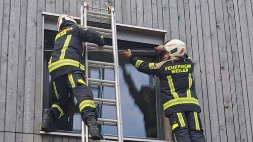 Der Versuch, die Wohnung durch ein gekipptes Fenster zu öffnen, scheiterte. Erfolg hatte die Feuerwehr dann an der Wohnungstür selbst. Feuerwehr Weiler