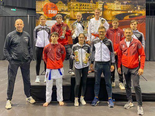 Die acht Nachwuchsathleten mit den Trainern Andreas Kleinekathöfer (l.), Gerhard Grafoner (2. v.r.) und Daniel Devigili (r.)Verband