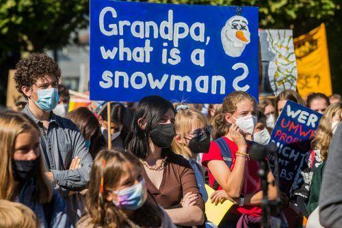 Die Aktivisten machten mit Plakaten auf die Krise aufmerksam.