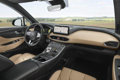 Die breite Mittelkonsole schafft Platz für Regler sowie Ablagen, auch Distanz zwischen Fahrer und Beifahrer.