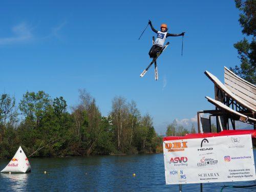 Die Freestyle-Sportler, wie hier Katharina Michl, zeigten an der Schanze in den Rheinauen ihre beeindruckende Sprungtechnik. Stadt