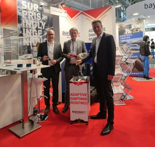 Die Geschäftsführung von XeelTech präsentiert ihre Weltneuheit auf der IAA Mobility: Stefan Battlogg (CEO), Philipp Sachs (COO) und Josef Brandmayr (CEO). xeeltech