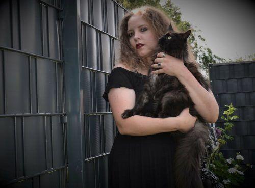 Die Goth mit ihrer Main Coon-Katze Elly-Mae. Sibylle Schelling posiert als Schwarzer Engel (links).Thomas Beran/hrj