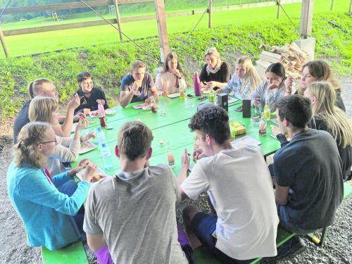 Die Gruppe junger Erwachsener verbrachte einen geselligen Tag.Gemeinde Satteins
