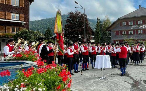 Die Hittisauer Musikantinnen und Musikanten überbrachten ihre musikalischen Grüße im ganzen Ort.me