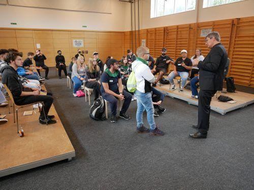 Die Jugendlichen im Diskurs mit Jürgen Schlicher.