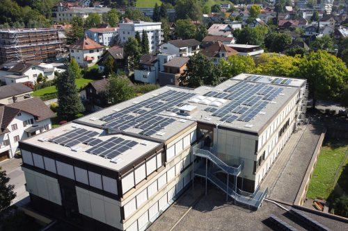 Die Photovoltaikanlage auf dem Dach der MS Bergmannstraße liefert 90.000 Kilowattstunden pro Jahr. Stadt
