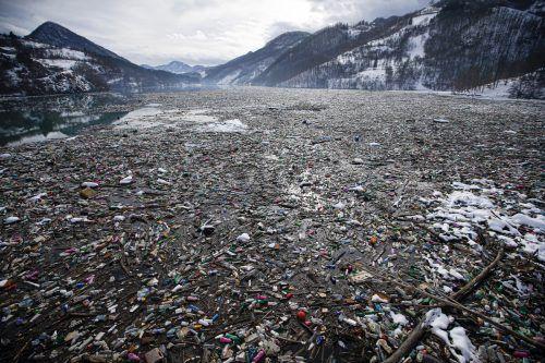 Die Problematik der Plastikflut ist weltweit zu sehen: Anfang 2021 gelangte der Müll aus Deponien und verunreinigte den Potpec-Akkumulationssee in Serbien. AP