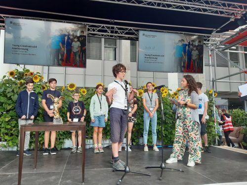 Die Schüler präsentierten ihr Projekt auf der Bühne.lcf