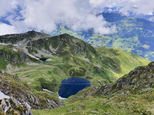 Die spektakuläre, 62 Meter lange Seilbrücke ist das Highlight des Klettersteigs. Im Hintergrund sind der Schwarzsee und der Kälbersee zu sehen. Oliver Ihring
