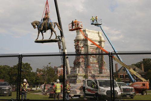 Die Statue des Südstaaten-Generals Robert E. Lee, der die Konföderierten im Bürgerkrieg führte, wurde in Richmond, Virginia, abgebaut.AP