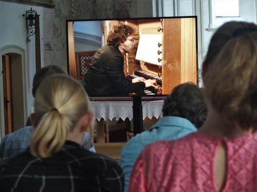 Die Zuschauer konnten die Show vonVincent Thévenaz an der Orgel in einer Video-Übertragung mitverfolgen. JU
