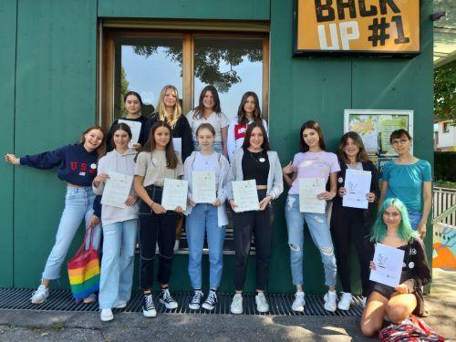 Die zwölf Mädchen haben ihren Babysitterkurs erfolgreich absolviert und stehen nun den Familien in der Kummenbergregion zur Verfügung.OJA ALtach