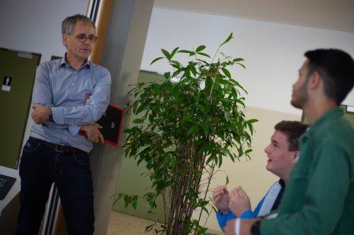 Direktor Johann Scheffknecht hört seinen Schülern gerne zu.