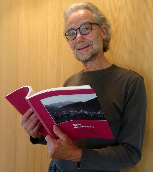 Dorfchronist Jürgen Metzler stellt das historische Werk vor.mam