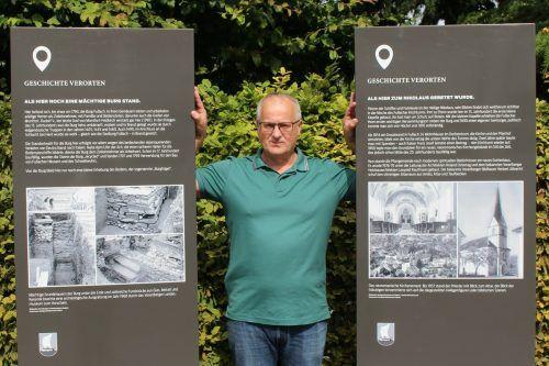 Dorfgeschichtevereinsobmann Friedrich Schneider erläutert im Gespräch mit der VN-Heimat Stelen, die am kommenden Sonntag im Rahmen eines Frühschoppens präsentiert werden. STP/2