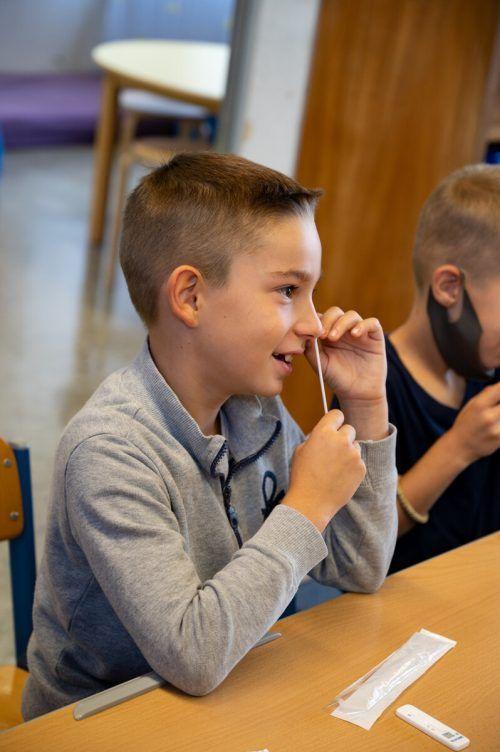Drittklässler Ilija weiß schon gut, wie der Nasenbohrertest geht. VN/Serra