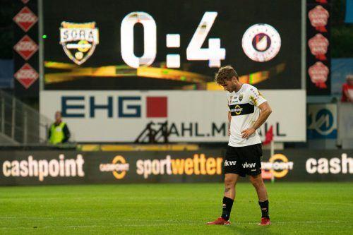 Ein Bild mit Aussagekraft: Geknickt schlich Altachs Johannes Tartarotti nach der 0:4-Heimniederlage gegen Aufsteiger Austria Klagenfurt vom Rasen der Cashpoint-Arena.gepa