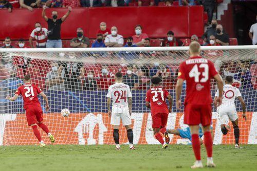 Ein Bild mit symbolischem Charakter dieses Champions-League-Abends: Der Schuss vom Elfmeterpunkt. Hier traf Salzburgs Luka Sucic zum 0:1.REUTERS