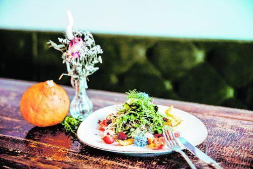 Ein bunter Salat für den Herbst: Süßkartoffel, Kürbis, Rote Bete und Mozzarellabällchen.Frederick Sams