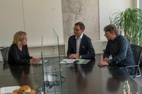 Ein Gespräch von Bundes- bis Gemeindeebene: Ministerin Leonore Gewessler, Markus Wallner und Kurt Fischer. VN/Stiplovsek