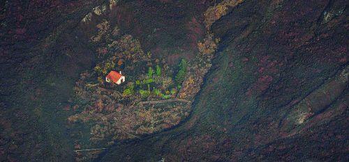 Ein kleines Häuschen war tagelang von den Lavamassen verschont geblieben, jetzt wurde es auch zerstört. AFP