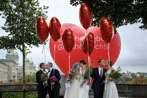 """Ein symbolisches Bild anlässlich der angenommenen Resolution zur """"Ehe für alle"""". In der Hauptstadt Bern haben drei Paare """"geheiratet"""". AFP"""