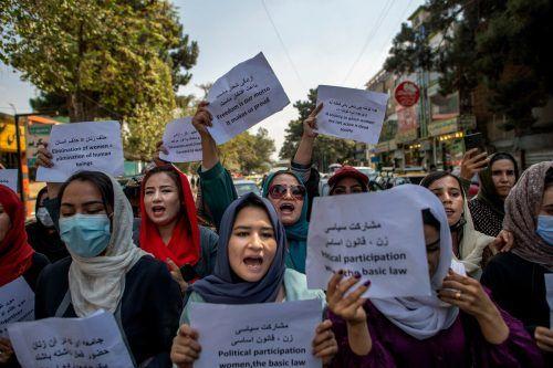 Eine Gruppe von rund 25 Frauen protestierte auf den Straßen von Kabul für ein Recht auf Arbeit, Bildung und Freiheit.AFP