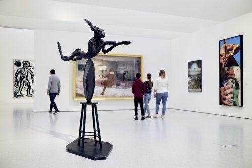 Eine Skulptur von Barry Flanagan, im Hintergrund Werke von John Baldessari. Ueli Steingruber