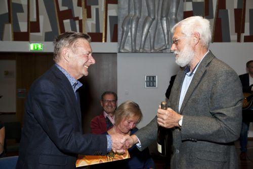 Einen guten Tropfen gab es für Gebhard Mathis (l.) von Helmut Eiter. 2012 wurde er Russ-Preis-Träger.Krebshilfe, steurer