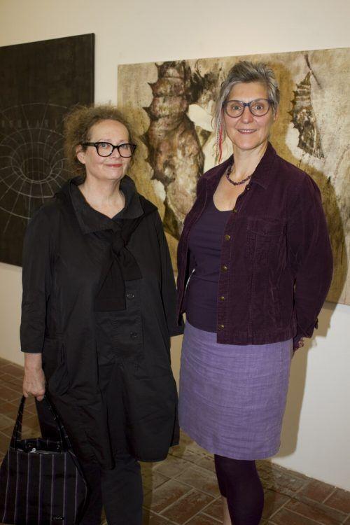 Elisabeth Märker und Martina Lehner inmitten der Werke.