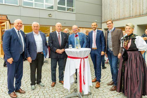 Empfang im Innenhof (v. l.): Altbgm. Burkhard Wachter und Willi Säly, Ehrenringträger Gottfried Schappler, Hubert Gorbach, Christoph Zachow, Florian Küng und Ina Bezlanovits.