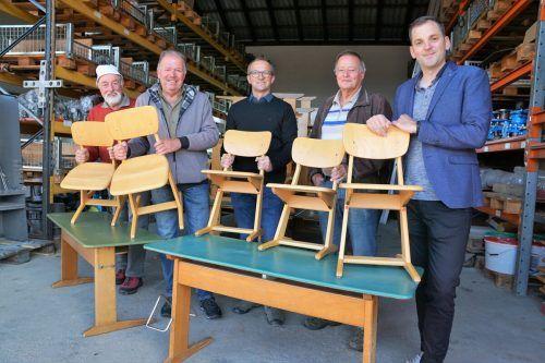 Eugen und Bernhard Köb, Bauhofleiter Hubert Schreilechner, Wolfgang Blank und Bürgermeister Andreas Kresser bei der Beladungsaktion in Hörbranz.