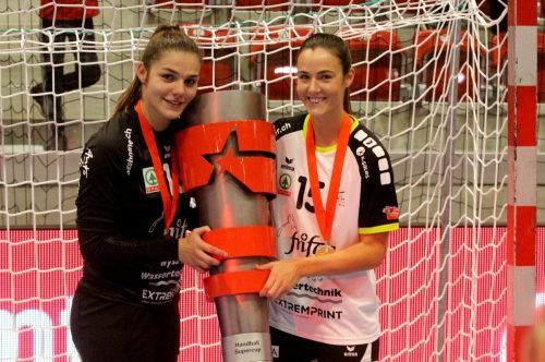 Fabienne Tomasini (r.) und Fabia Schlachter präsentieren den Supercup. Privat