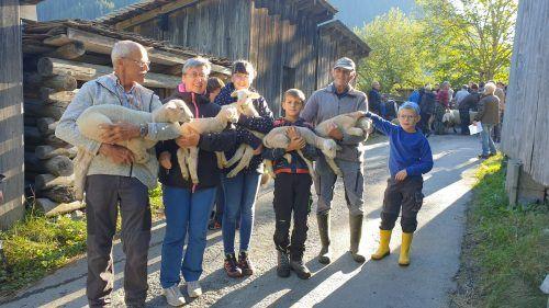 Familie Bischof aus Sonntag mit einem Teil ihrer Lämmer.