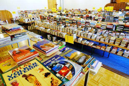 Fein sortiert warten rund 35.000 Medien im Bürser Pfarrsaal auf neue Besitzer.Büchereiteam